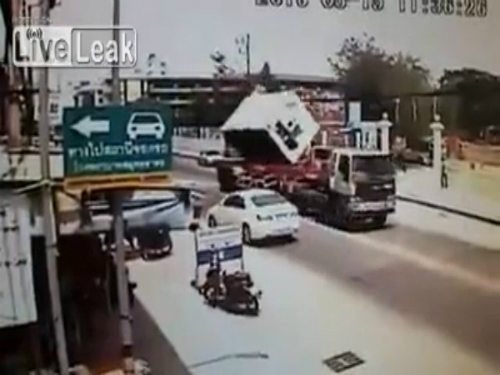 Bé trai 4 tuổi thoát chết dưới gầm ôtô 2