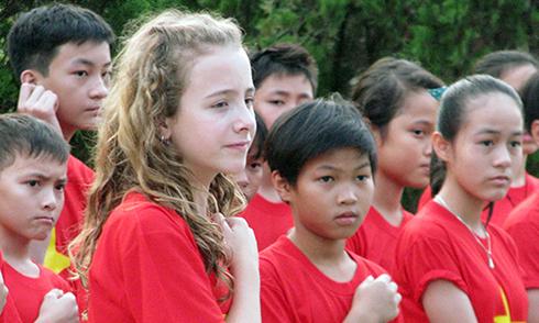 Cô bé Canada đến Việt Nam hát quốc ca gây quỹ từ thiện