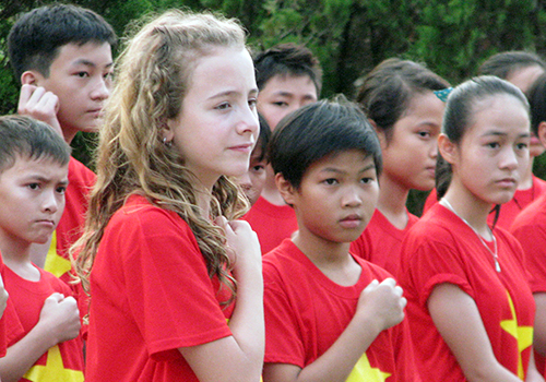 Cô bé Canada hát quốc ca Việt Nam gây quỹ từ thiện triệu USD 1