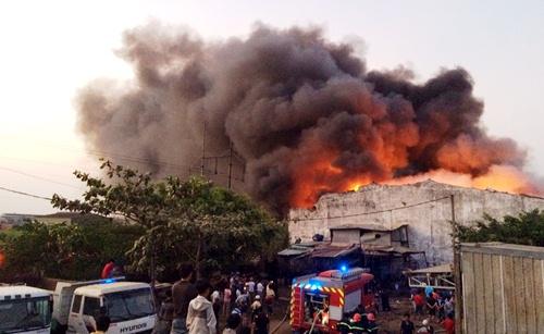 20 xe chữa cháy xưởng vải ở Sài Gòn 1