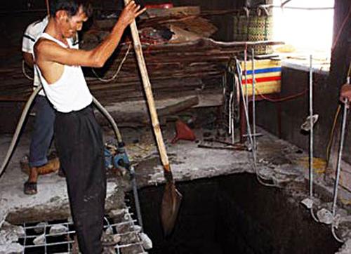 Mùi tử khí tố gã chồng phi tang xác vợ dưới hầm biogas