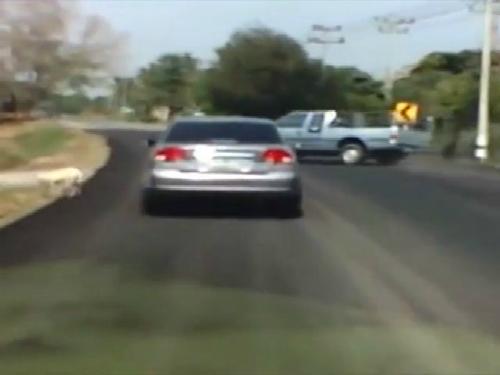 Siêu tài xế lái xe dài trăm mét qua cua 5