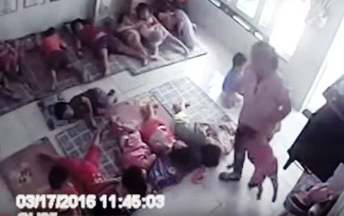 Cô giáo xách tay, nhấc bổng bé 2 tuổi hất vào chỗ ngủ 1