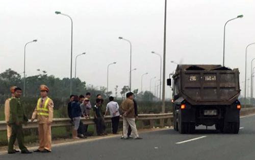 Cảnh sát giao thông bị xe tải tông nguy kịch 1