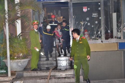 Giải cứu 22 người trong quán karaoke bốc cháy 2