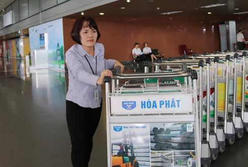 Nữ nhân viên hơn 10 lần trả tài sản cho khách ở sân bay Nội Bài 1