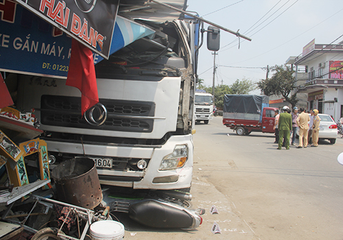 Tránh tai nạn, xe tải đâm liên tiếp vào nhà dân 1