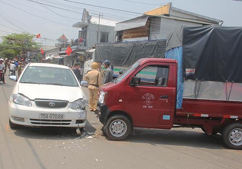 Tránh tai nạn, xe tải đâm liên tiếp vào nhà dân 2
