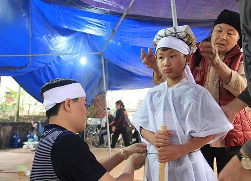 Bé trai 10 tuổi bơ vơ sau vụ nổ ở Hà Đông 2