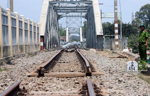 3 nhân viên ngăn đoàn tàu lao xuống sông khi cầu Ghềnh sập 3