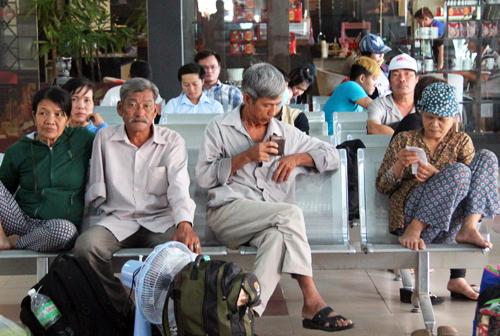 Hàng trăm người trả vé tàu lửa vì cầu Ghềnh sập 2