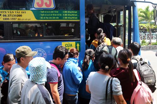 Hàng trăm người trả vé tàu lửa vì cầu Ghềnh sập 3