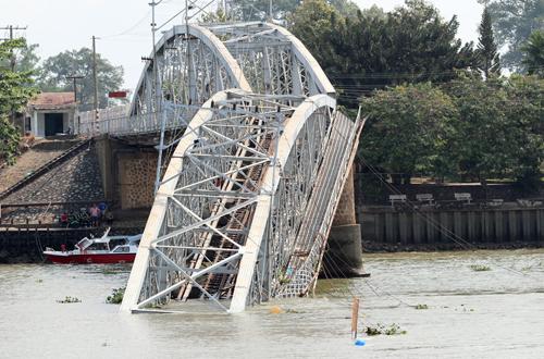 Hai tài công chạy sà lan đâm sập cầu Ghềnh bị bắt