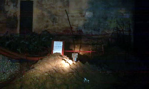 Phát hiện bom trong khu phố khi đào rãnh chôn đường điện 1