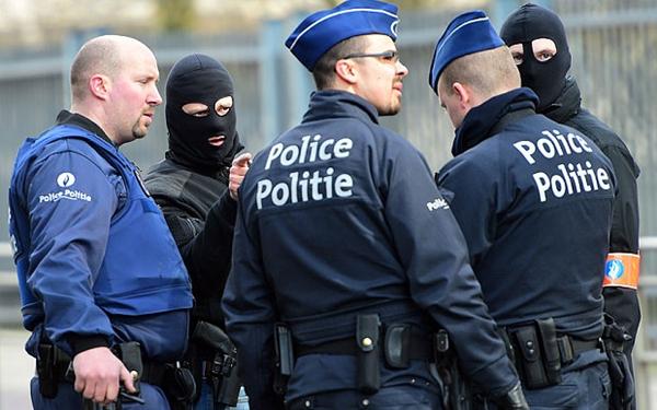 Cảnh sát Bỉ đứng tại vành đai an ninh quanh ga tàu điện ngầm Maelbeek. Ảnh: AFP.