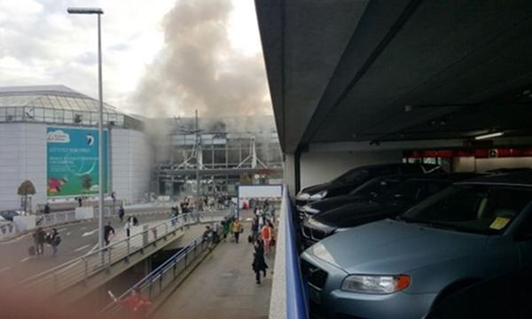 Khói bốc lên tại sân bay Zaventem, Brussels. Ảnh: Telegraph/Twitter.