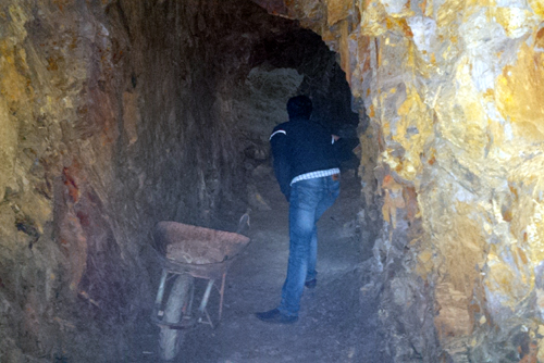 """Bí thư huyện đào xuyên núi để """"làm hầm rượu"""" 2"""