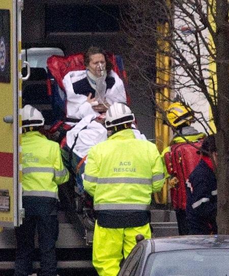 Một phụ nữ được đưa đi cấp cứu. Ảnh: AP