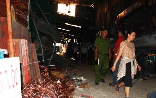 Hàng chục người bới đống giàn giáo tìm 3 công nhân bị chôn vùi 2