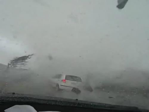 Lốc xoáy quật ngã xe máy, cuốn bay ôtô 1