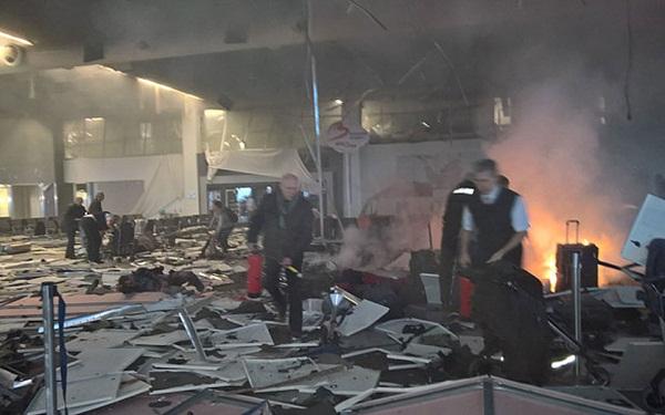 Hiện trường ngay sau vụ nổ bom sân bay. Ảnh: Telegraph