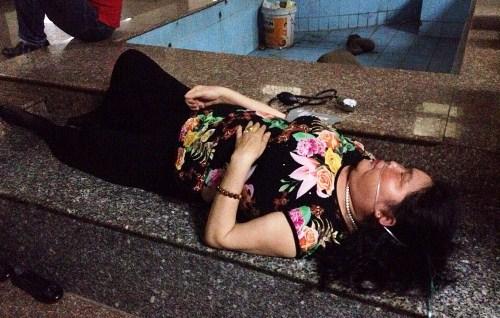 16 người kẹt trong thang máy chung cư, bốn nạn nhân ngất xỉu 2