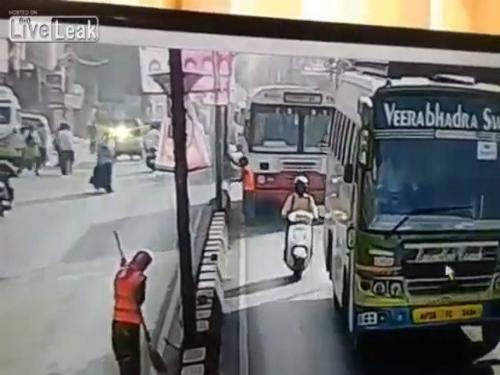Sự lạnh lùng của người đi đường Trung Quốc 4