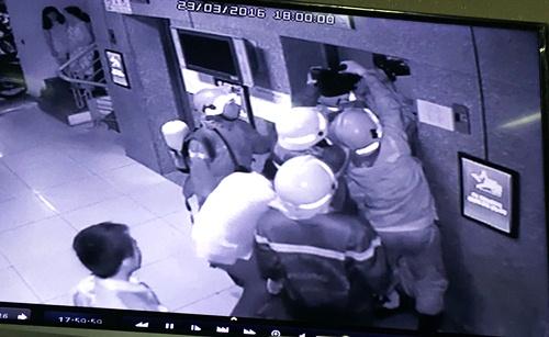 16 người kẹt trong thang máy chung cư, bốn nạn nhân ngất xỉu 1