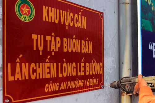 Lắp dải phân cách trên vỉa hè Sài Gòn cho người đi bộ 3
