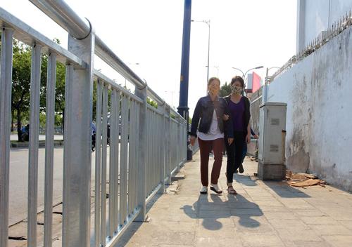 Lắp dải phân cách trên vỉa hè Sài Gòn cho người đi bộ 1