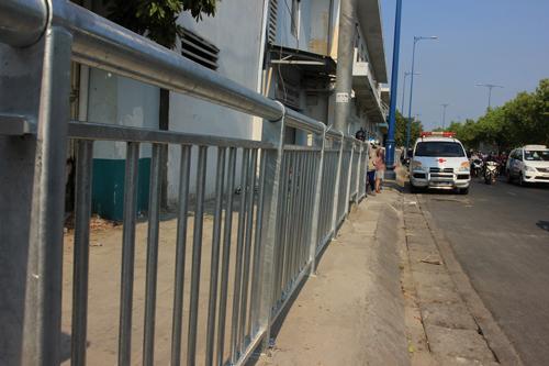 Lắp dải phân cách trên vỉa hè Sài Gòn cho người đi bộ 2