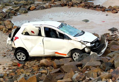 Ôtô lộn nhào xuống bãi đá dưới biển Vũng Tàu 1