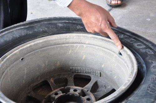 Cảnh sát nổ súng vào lốp xe, ép tài xế 'đầu hàng'
