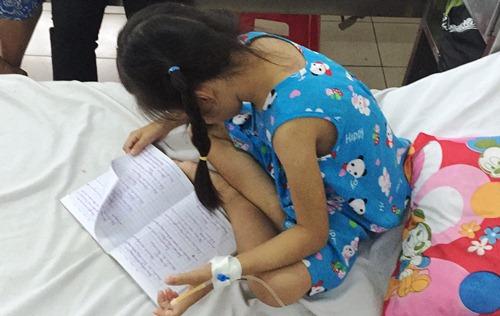 Bé gái 8 tuổi bị mẹ kế đánh bầm tím cơ thể 2