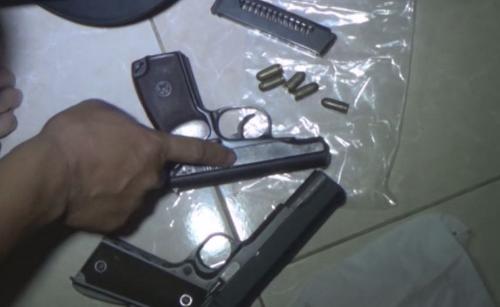 2 khẩu súng thường xuyên được Hồng mang theo người. Ảnh: C.A