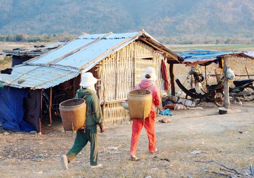 Người dân thôn Ma Nai, xã Phước Thành xuống lòng hồ cất chòi tạm ở lại sản xuất nông nghiệp. Ảnh: Tư Huynh