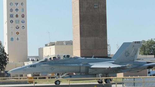 Ôtô lao vào chiến đấu cơ F-18, hai người chết