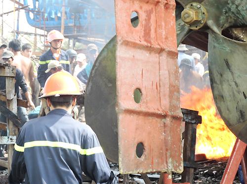 Tàu chứa 8.000 lít dầu bốc cháy ở Vũng Tàu 2