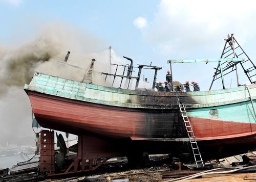 Tàu chứa 8.000 lít dầu bốc cháy ở Vũng Tàu 1