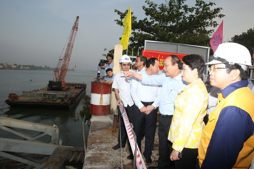 Phó thủ tướng Nguyễn Xuân Phúc thị sát công trường xây mới cầu Ghềnh sáng nay. Ảnh: Phước Tuấn