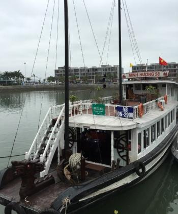 """Tàu du lịch bị đình chỉ vì """"chặt chém"""" khách trên vịnh Hạ Long 1"""
