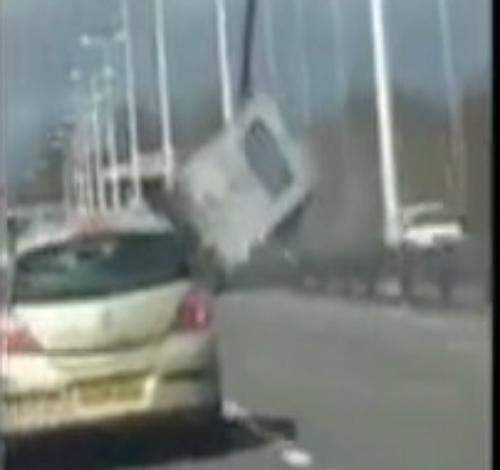 Hành khách văng ra từ ôtô tai nạn 4