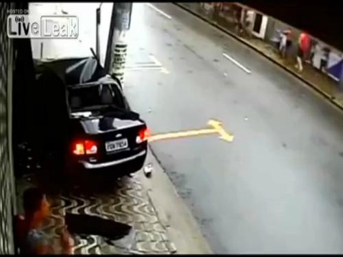 Hành khách văng ra từ ôtô tai nạn 2
