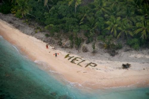 """Thuỷ thủ xếp lá cọ thành chữ """"Help"""" (Cứu) trên đảo Fanadik không người ở. Ảnh: USCoastGuard"""