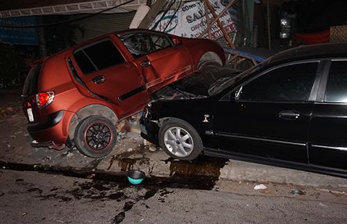 Hai ôtô và xe máy đâm liên hoàn, cô gái bị kéo lê 1