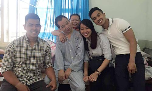 Các đại diện của Movsa Gala 2016 đến thăm Võ Thành Hữu Nghĩa và mẹ anh tạibệnh viện Y học cổ truyềnViệt Nam,