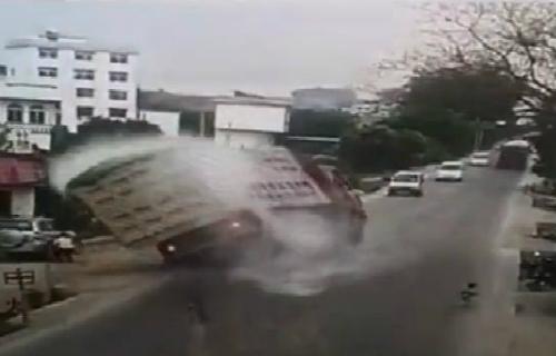 Xe tải đổ sập vì một cậu bé 1