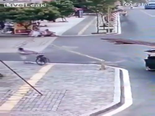 Xe tải đổ sập vì một cậu bé 3
