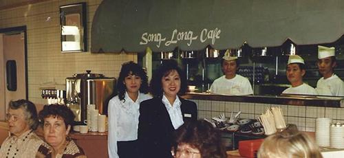 BàLan Khai Vo (áo đen) tại nhà hàng Song Long những năm 1980. Ảnh:Song Long Restaurant