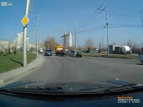 Xe tải đổ sập vì một cậu bé 4